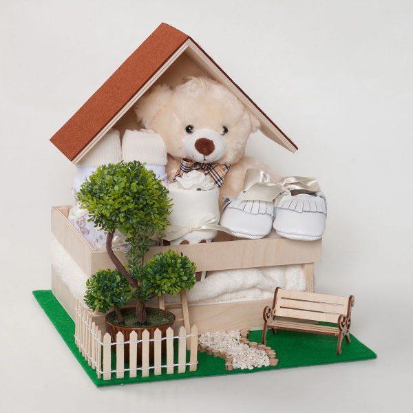 Дървена къщичка с бебешки дрехи и аксесоари в бежово