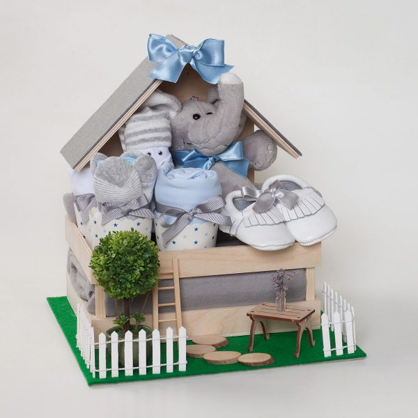 Дървена къщичка с бебешки дрехи и аксесоари в сиво и синьо