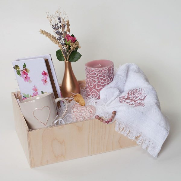 Дървена кутия с аксесоари за жени в розово