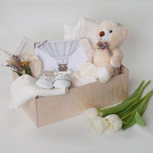 Кутии с бебешки дрехи и аксесоари