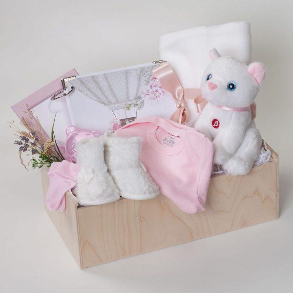 Дървена кутия с бебешки дрехи и аксесоари в розово