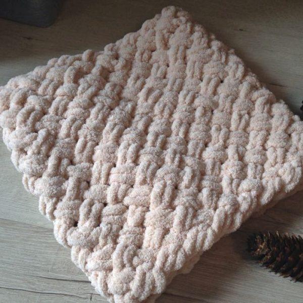 Плетен шал в цвят пудра