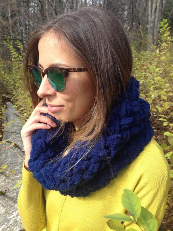Тъмносин плетен шал