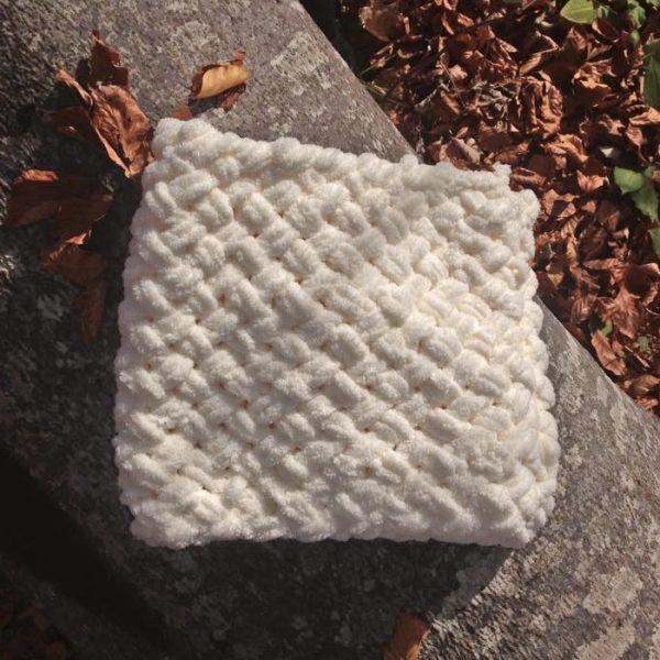 Зимен бял шал